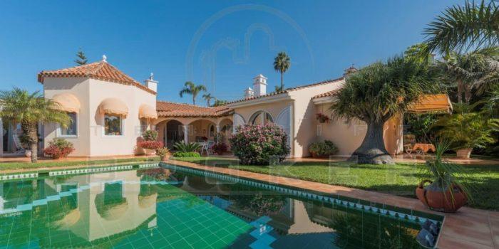 Traumhaft schöne Luxusvilla mit Panoramablick auf Bergen, Teide und Meer. Beheizter Pool und Doppelgarage