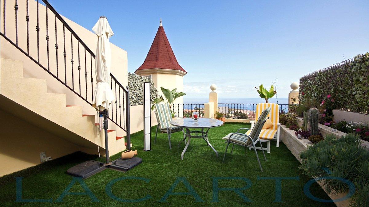 Penthouse La Quinta Santa Ursula. Terrasse mit künstlichem Rasen