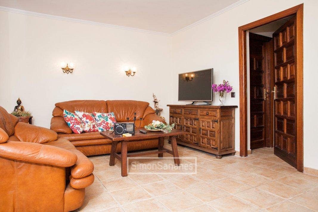 Wohnzimmer von Küche aus. Apartment La Palmita