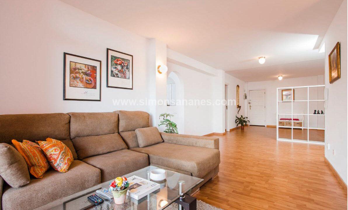 2-Schlafzimmer-Wohnung-Puerto-de-la-Cruz.-Eingang-und-Wohnbereich