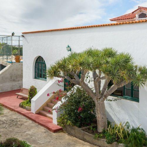 Obstplantage mit Herren- und Gästehaus, Pool und Tennisplatz