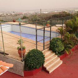 Schwimmbad Ansicht aus Dachterrasse Haupthaus. Rechts ist Tennisbereicht.